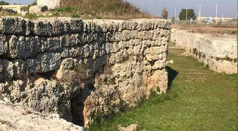 veduta delle mura megalitiche di manduria