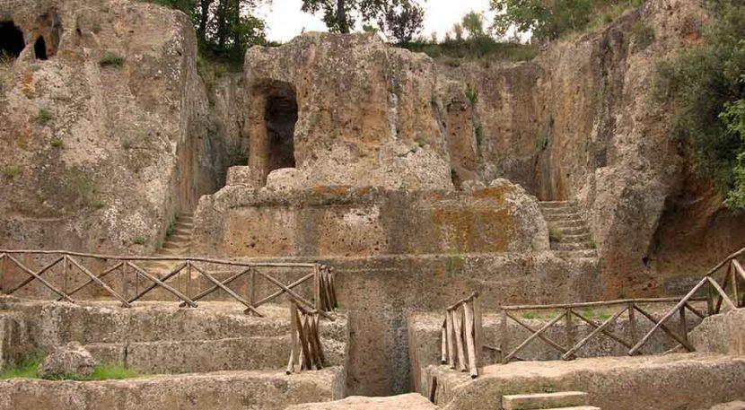 esterno della tomba ildebranda nella necropoli di Sovana