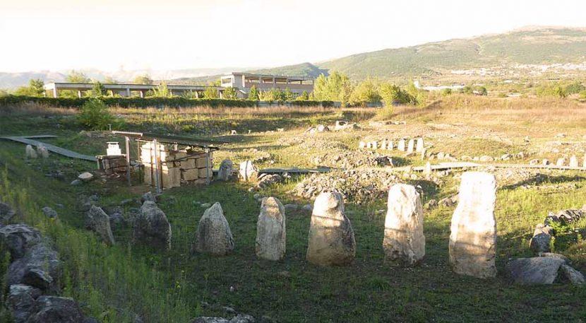 menhir delle sepolture della necropoli di fossa